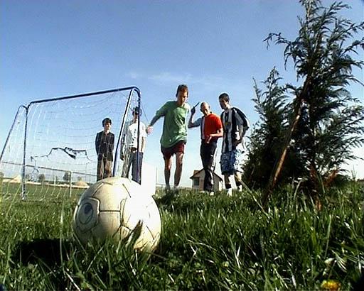 Les boulets jouent au football